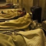 poveri sotto il colonnato del Bernini