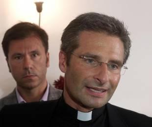 monsignor-krysztof-charamsa-alle-spalle-il-suo-partner-eduard